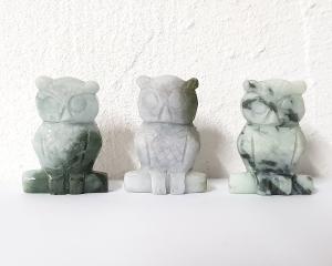 Eule auf Ast - Tiergravur aus Jadeit ( Jade ) ca. 40 x 28 mm