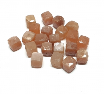 21 facettierte Würfel gebohrt aus rosa Mondstein ca. 8-10 mm / 1 mm Bohrung