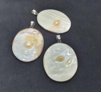 Perlmutt Anhängermit Perlen ovalan Öseca. 55 x 35mm